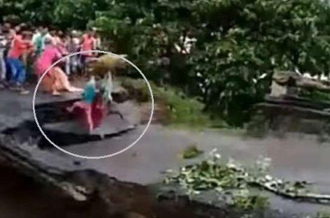 ബീഹാറില് കനത്ത പേമാരിയിൽ  വെള്ളപ്പൊക്കത്തില് പാലം തകര്ന്ന് മൂന്ന് പേര് ഒലിച്ചുപോയി (വീഡിയോ) കാണാം