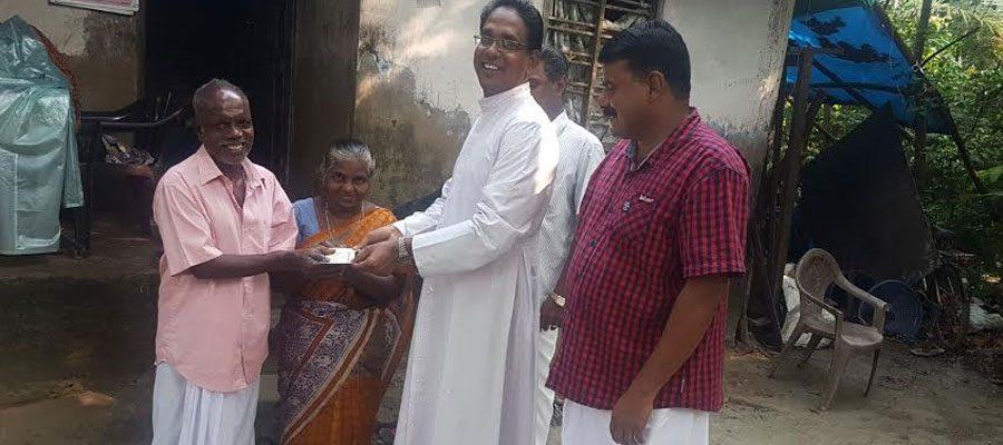 വോകിംഗ് കാരുണ്യയുടെ അറുപത്തിരണ്ടാമത് സഹായമായ അന്പതിനായിരം രൂപ തോമസിന് കൈമാറി