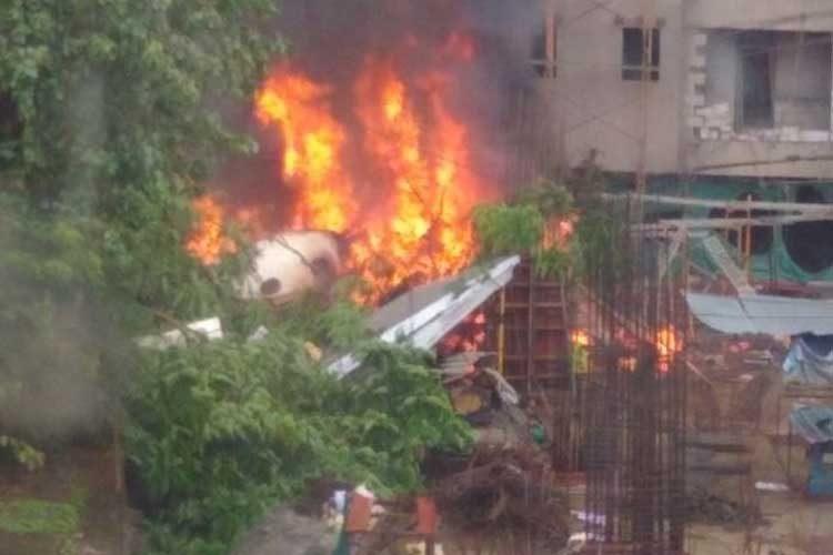 ചാര്ട്ടേഡ് വിമാനം കെട്ടിടത്തിന് മുകളില് തകര്ന്നുവീണു: മുംബൈയില് അഞ്ച് പേര് മരിച്ചു