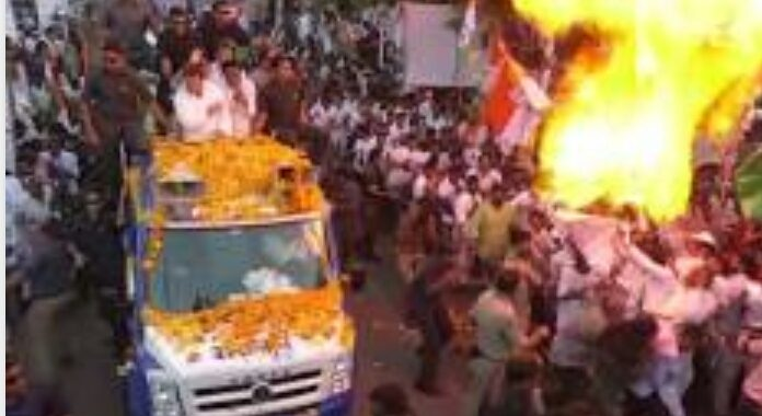 രാഹുല് ഗാന്ധിയുടെ റോഡ് ഷോയ്ക്കിടെ വാഹനത്തിനു സമീപം ഗ്യാസ് ബലൂണ് പൊട്ടിത്തെറിച്ചു; രക്ഷപ്പെട്ടത് തലനാരിഴയ്ക്ക്