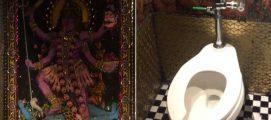 ന്യൂയോര്ക്കിലെ പബ്ബിൽ കക്കൂസിൽ വരെ ഇന്ത്യൻ ദൈവങ്ങളുടെ ചുവർ ചിത്രങ്ങൾ; പ്രതിഷേധിച്ച ഇന്ത്യക്കാരിക്ക് മറുപടിയുമായി പബ്ബ് ഉടമ….
