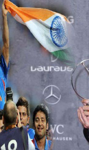 ഒരു രാജ്യത്തിന്റെ ചുമലിലേറി…….!  ലോറസ് സ്പോര്ടിംഗ് മൊമന്റ് പുരസ്കാരം സച്ചിനിലൂടെ ആദ്യമായി ഇന്ത്യയിലേക്ക്; പുരസ്കാരം രാജ്യത്തിനു സമർപ്പിച്ച് സച്ചിൻ