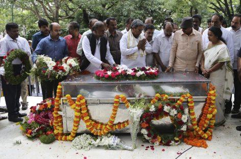ഗൗരി ലങ്കേഷിന്റെ സംസ്കാരം ഔദ്യോഗിക ബഹുമതികളോടെ; ചാംരാജ്പേട്ട് ശ്മശാനത്തിലായിരുന്നു സംസ്കാരം