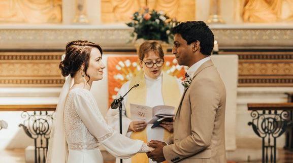ആശുപത്രിയിൽ മാംഗല്യം : കൊറോണ ബാധയെ തുടർന്ന് മാറ്റിവെച്ച തങ്ങളുടെ വിവാഹം ആശുപത്രിയിൽ വെച്ച് നടത്തി  ബ്രിട്ടനിൽ  ഡോക്ടറും നേഴ്സും