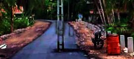 റോഡിന് നടുവിൽ വൈദ്യുതി പോസ്റ്റ്, അതേപടി നിലനിർത്തി ടാർ ചെയ്ത് പണി പൂർത്തിയാക്കി; റിഫ്ലക്ടർ സ്ഥാപിക്കാമെന്ന് ഉദ്യോഗസ്ഥർ, സോഷ്യൽ മീഡിയ ചോദിക്കുന്നു ജനങ്ങളെ കൊല്ലുമോ ?
